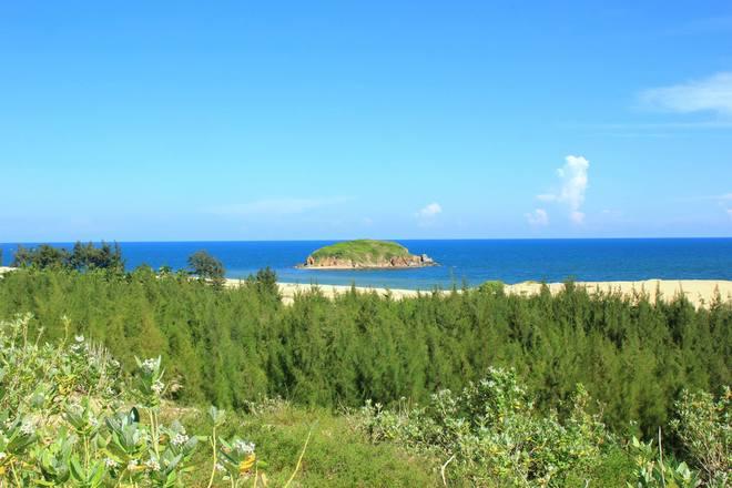 colorful rocky beach - vietnam 9