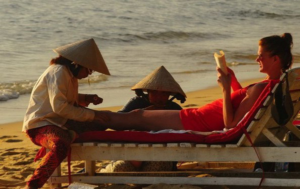 massage-on-beach-vietnam